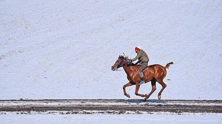 Karsta renkli at yarışı