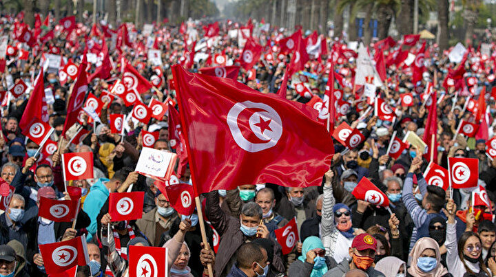 Tunusta binlerce kişi sokağa indi: Kriz devam ediyor