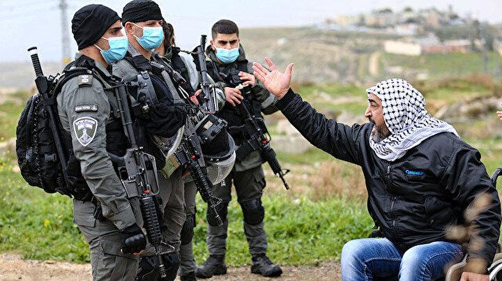 İsrail yürüyemeyen Filistinlinin evini yıkmaya uzun namlulu silahlarla geldi