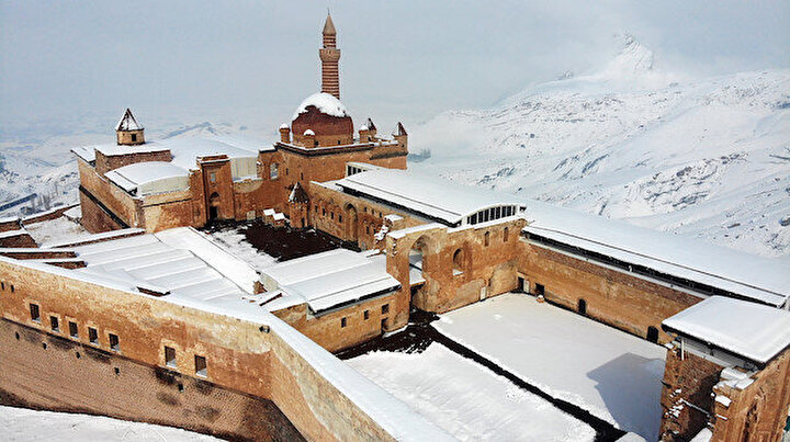 Karla kaplı Tarihi İshak Paşa Sarayında büyüleyici manzara