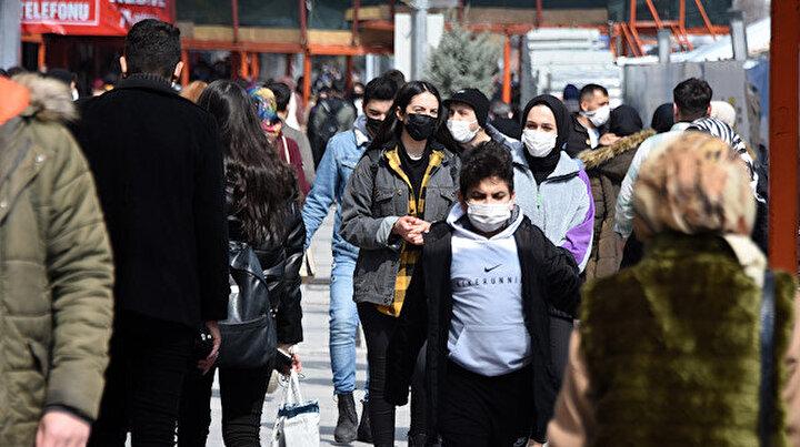 Kırmızı Konyada bahar havası koronavirüsü unutturdu: Caddeler tıklım tıklım