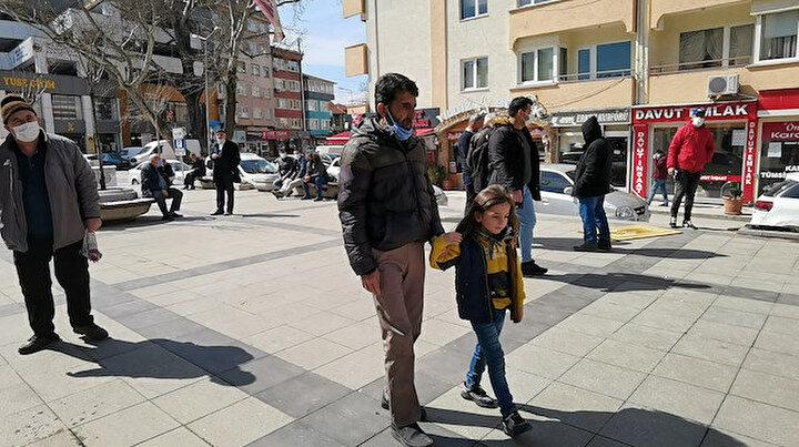 Küçük Ziyad bombardımanda kör olan babasının gözü oldu