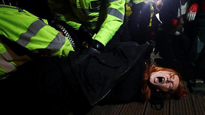 Batının son hali: Londrada polisler anma töreninde kadınları sürükledi