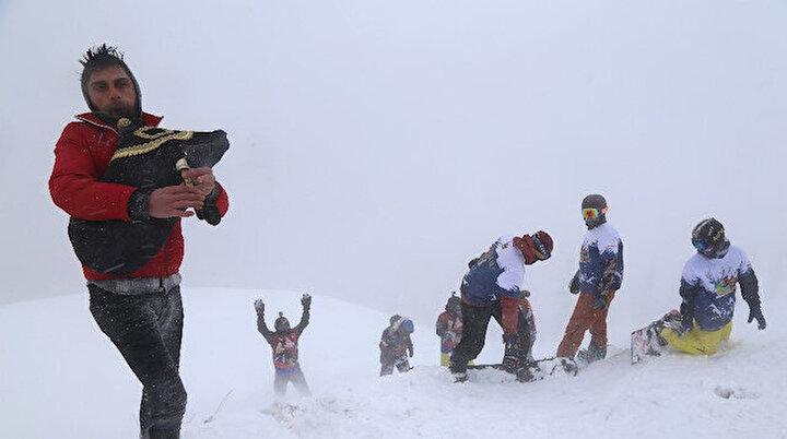 Tulum eşliğinde snowboard: Adrenalin tutkunların yeni adresi Sahara Milli Parkı