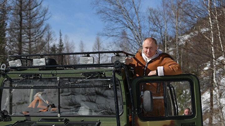 Arazi aracı kullandı kar üstünde yemek yedi: Putin Sibiryada