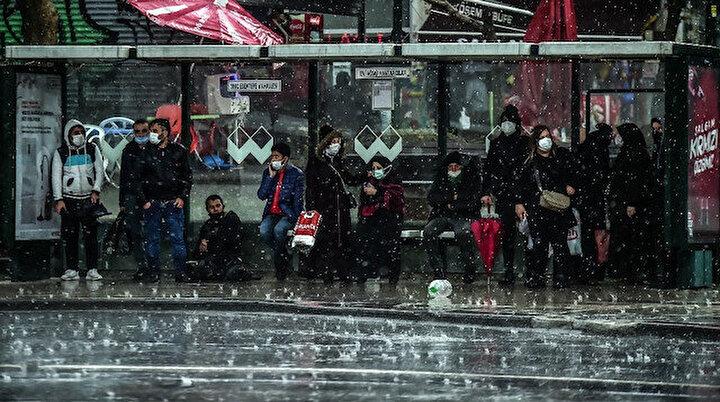 İstanbulda etkili olan dolu yağışı ve sağanak vatandaşı hazırlıksız yakaladı