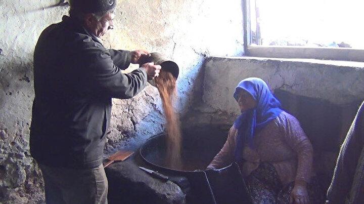Sındırgı'da 55 yıldır doğal yöntemlerle susam yağı çıkarıyorlar