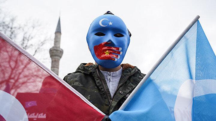 Beyazıtta toplanan Doğu Türkistanlılardan Çin Dışişleri Bakanına protesto: Soykırımı durdurun!