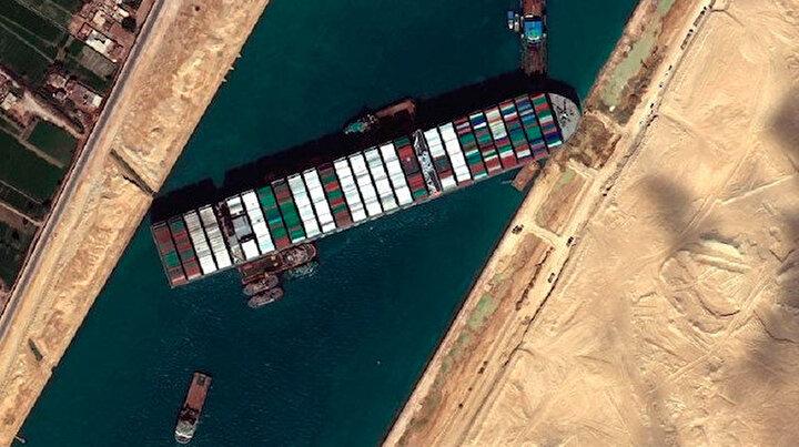 Süveyş Kanalında sıkışan dev gemi için büyük gün: 12 çekici aralıksız çalışıyor