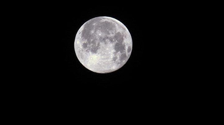 'Süper Ay'ın batışı kartpostallık görüntüler oluşturdu