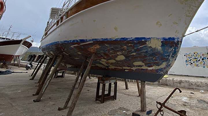 Antalyada turistleri eşsiz koylarla buluşturan tekneler denize indirilmeye başlandı