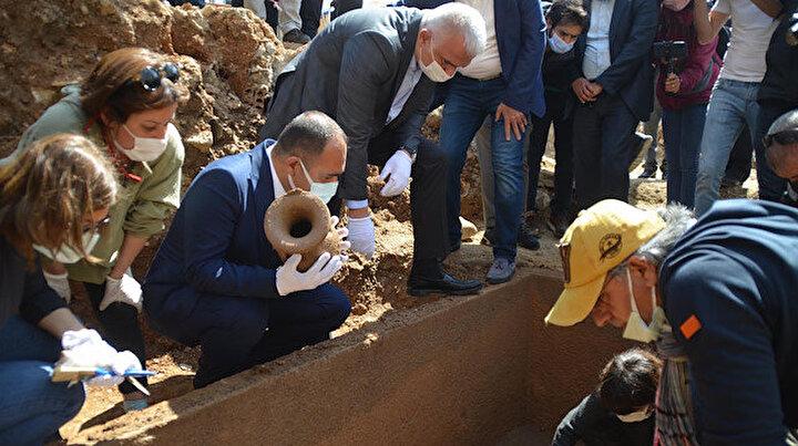 İnşaat kazısında bulunan 2 bin 400 yıllık lahidin kapağı Bakan Ersoyun katıldığı törenle açıldı