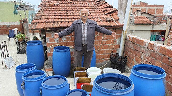 Evinin çatısına koyduğu bidonları yağmur suyuyla doldurarak yılda tonlarca su tasarruf ediyor