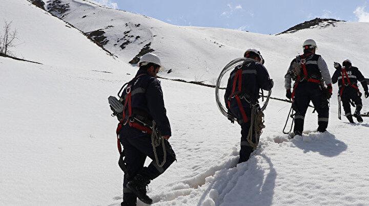 Dereleri geçip karlı dağları aşıyorlar: Her şey vatandaş elektriksiz kalmasın diye