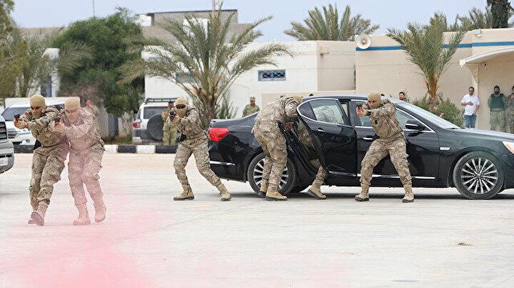 Mehmetçik eğitti: Libyada teröristlere nefes aldırmayacak kadrodan film sahnelerini aratmayacak tatbikat