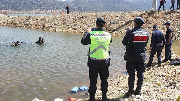Eşi el frenini çekmeyi unuttu: Geri geri gidip suya gömülen kamyonetin içinde hayatını kaybetti