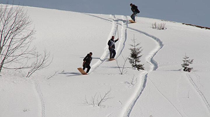 Rizede kısıtlamada tahtalı kayak eğlencesi