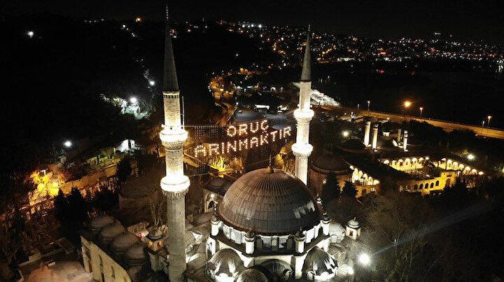 İstanbul'da camiler mahyalarla süslendi: Oruç arınmaktır