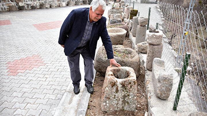Yalak taşı, kuyu ağzı, şırahane, değirmen, soku hepsi var: Topladığı eski taşlarla evinin bahçesini müzeye çevirdi