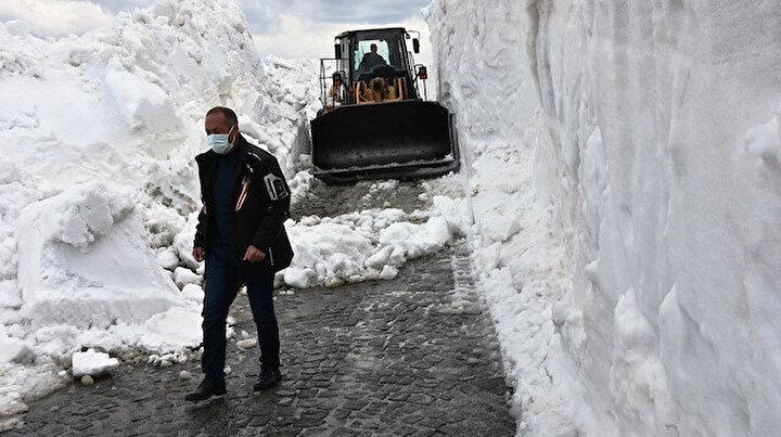 İş makinesi içinde kayboluyor: Bahar ayında Bitlis'te 10 metrelik karla mücadele çalışmaları