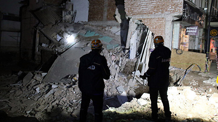 Uşakta faciadan dönüldü:  Temel kazısında hasar gören iki katlı bina çöktü
