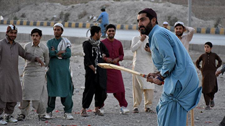 Pakistanda gençler ramazanda kriket oynayarak vakit geçiriyor
