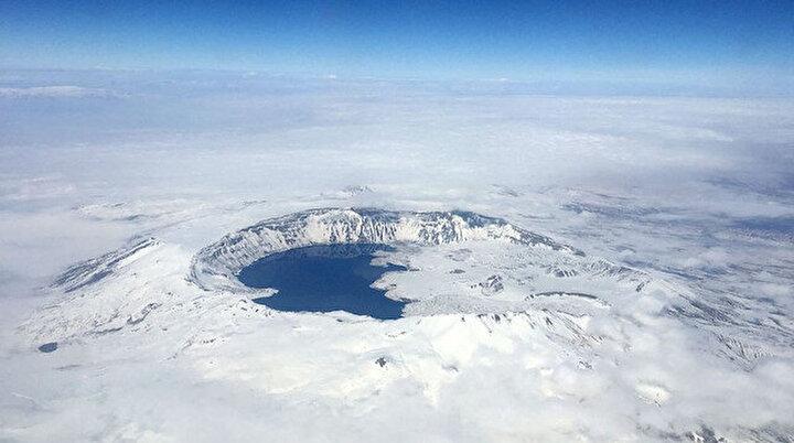 Dünyanın en büyük 2. krater gölü Nemrut bembeyaz görüntüsüyle hayran bırakıyor