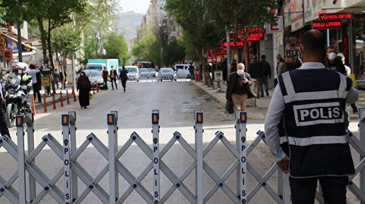 Elazığ'da yayalar sosyal mesafeye dikkat etsin diye 3 cadde araç trafiğine kapatıldı
