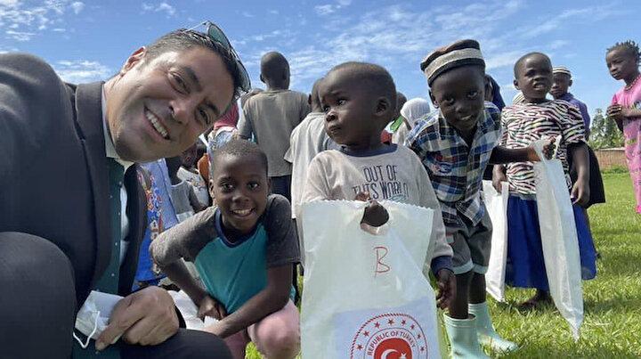 Ramazan ruhu Afrika'da yaşatılıyor: Kampala Büyükelçisi Ugandalı yetim ve yoksulların yüzünü güldürüyor