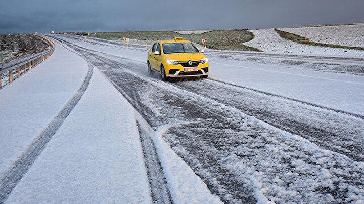 Görenler şaşkına döndü: Dolu yağışı yolları beyaza bürüdü sürücülere zor anlar yaşattı