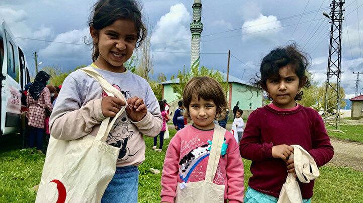 Türk Kızılayı Kadın Kolları çocukları unutmadı:  Hem bayram kıyafeti dağıttılar hem saçlarını kestiler
