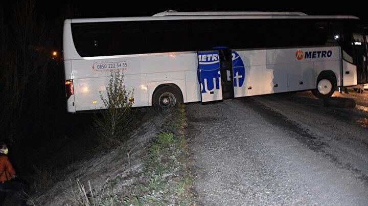Faciaya ramak kala: Geri manevra yapmak isteyen yolcu otobüsü şarampolde asılı kaldı