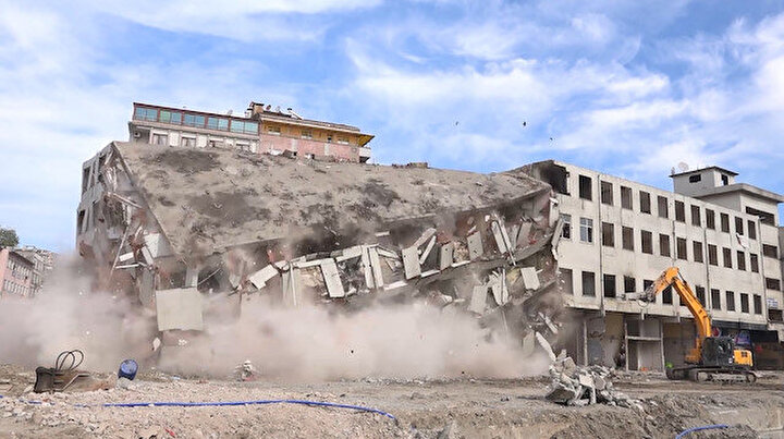 Rizede olası felaketin önüne geçildi: Son riskli bina da tek darbeyle yıkıldı