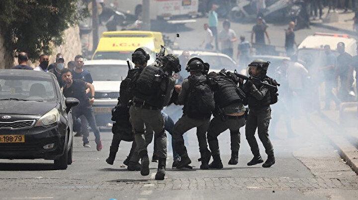 İsrailden hain saldırı: Mescid-i Aksayı savunan Filistinlilere saldırılar sürüyor