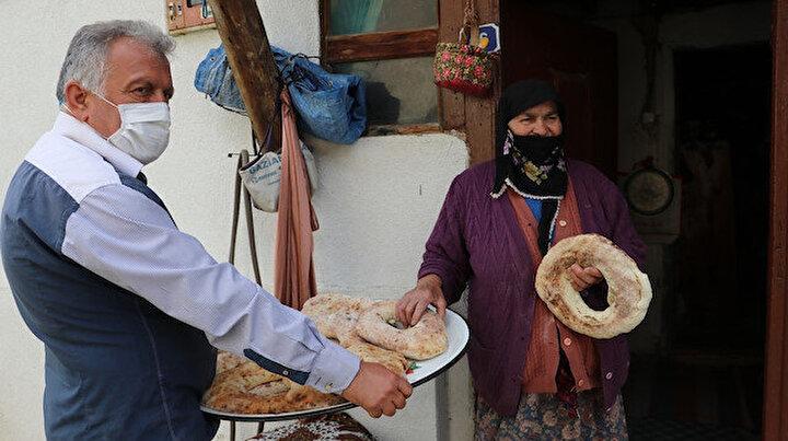 Şehre inip ihtiyaçları alıyor köy fırınında ekmek pişirip vatandaşa dağıtıyor: Örnek muhtar kapanmada köylünün eli ayağı oldu