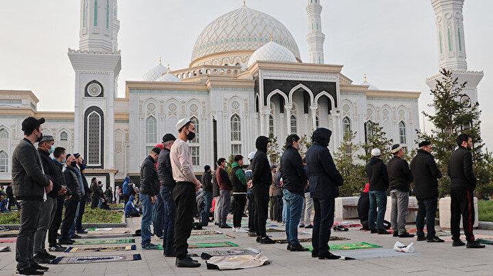 Kazakistan'da koronavirüs nedeniyle bayram namazı cami avlularında kılındı