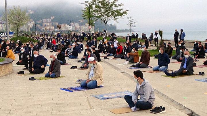 En çok vakanın görüldüğü illerden olan Giresun'da Ramazan Bayramı namazı açık alanlarda kılındı