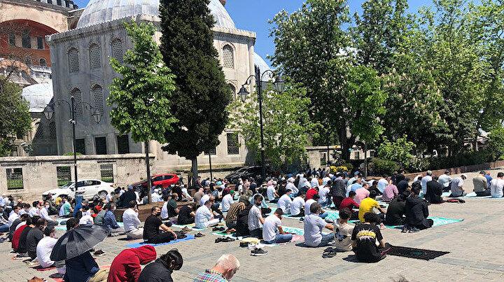 Ayasofya Camiinde bayramın 2. gününde cuma namazına yoğun katılım