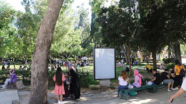 Mekanlarda oturma izni olmayınca vatandaşlar cami bahçelerine akın etti: Yiyecek artıkları çöplüklerden taştı