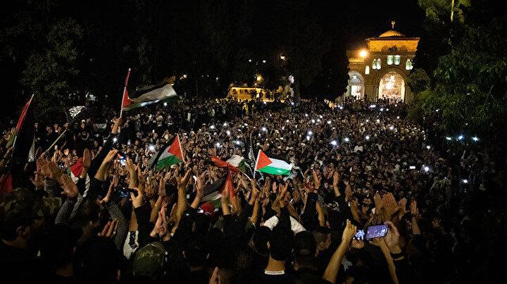 Filistinliler ateşkesi kutlamak için Mescid-i Aksaya akın etti