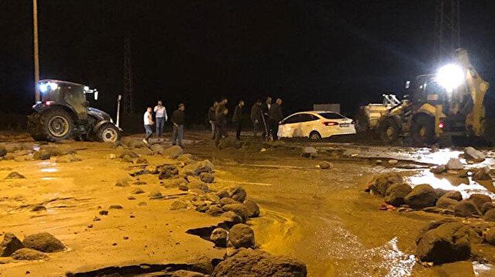 Iğdır'da korku dolu anlar: Dev kayalar karayolunu kapattı