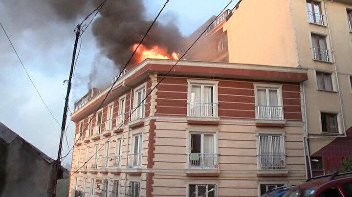 Eyüpte yangın: Camlardan hortumlarla su sıkarak müdahaleettiler