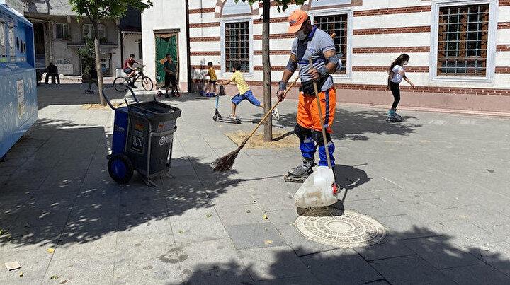 Patenli temizlik işçisi ilçede ilgi odağı oldu