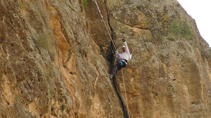 Beden öğretmeni hobi amaçlı bal peşinde kayalara tırmanıyor: Yüksek kayalıklara bal toplamak için çıkıp inmek stresimi alıyor