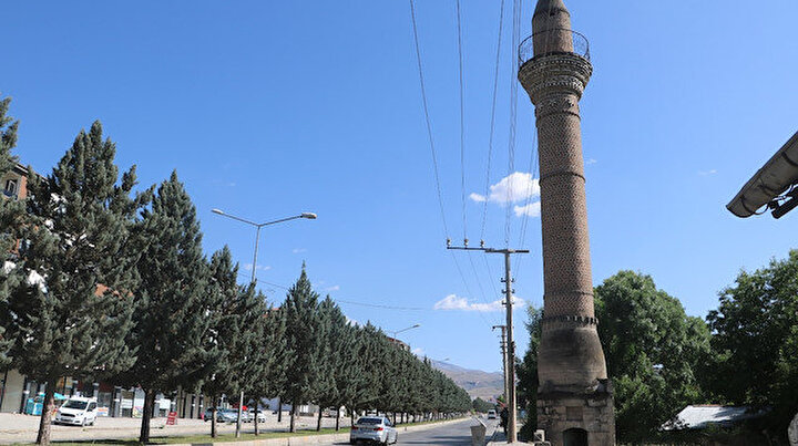 Camisi olmayan minare dikkat çekiyor: 12 yıldır zamana meydan okuyor