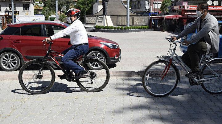 Belediye başkanının makam aracı bisikleti oldu: İlçe merkezinde makam aracı yerine bisiklet kullanıyor