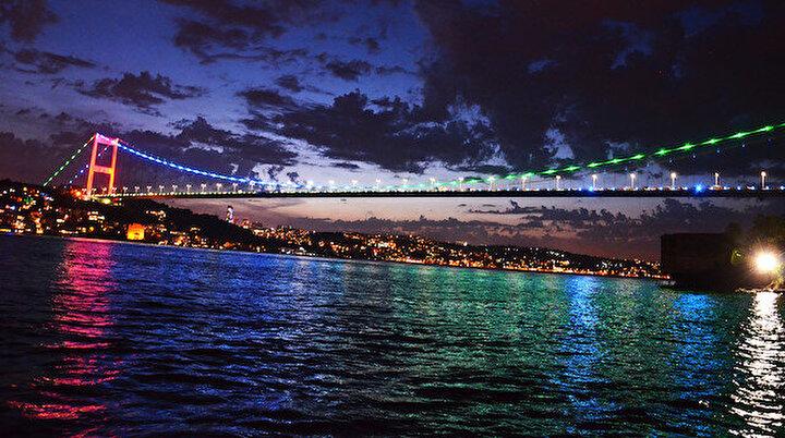 İstanbul Azerbaycan renklerine büründü
