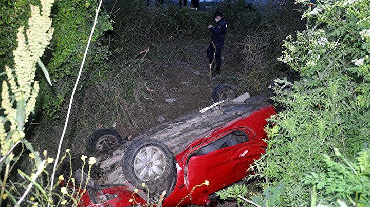 Araç ters döndü sürücüyü vatandaşlar kurtardı
