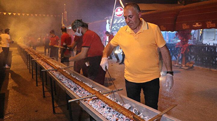 Restoranların açılışını havai fişek ve 35 metrelik kebapla kutladılar