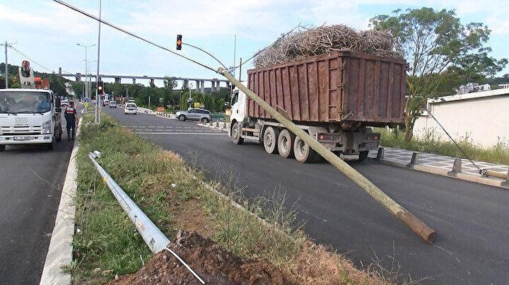 Zekeriyaköyde kamyon telefon direklerini devirdi: 5 saat internet kesildi